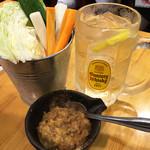 馬力キング 赤坂店 - ハイボールで乾杯!                             お通しは生野菜&馬肉味噌。