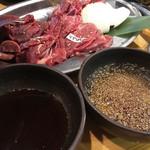 馬力キング 赤坂店 - 馬焼肉の盛り合わせ。お肉は、見た目よりずっと柔らかくて、美味しいものでした。