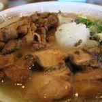 53746343 - 淡路島ラーメン肉増し、焦がし鯛油とおろした玉ねぎが特徴
