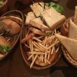 53749996 - 左:アボカドバーガー、中央:サンドイッチ、右:サーロインにつくパン