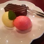 53751118 - 日向夏といちごのシャーベット、チョコレートケーキ