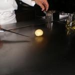 六本木モンシェルトントン -  新じゃが芋を焼く様子、その1です。