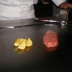 六本木モンシェルトントン -  茨城県産の特撰牛トップサーロインを、焼いている様子です。