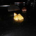六本木モンシェルトントン -  新じゃが芋に焼き色がついた様子です。
