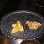 六本木モンシェルトントン -  焼いたニンニクのスライスと、新じゃが芋です。