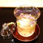 にくの匠 三芳 - 肉と鰹節の出汁汁、じゅんさい(広島)と山独活
