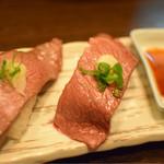 焼肉問屋 飛騨牛専門店 炭火焼肉ジン - 和牛赤身炙り握り寿司 290円