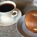53769101 - メープルシュガーチーズのベーグル&コーヒー