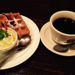 ノック オン ウッド - ランチのワッフルとコーヒー