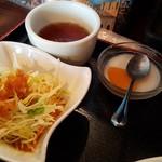 中華料理 長城 - サラダ、デザート、お茶です。