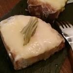 53777468 - ラクレットチーズとピクルスのガーリックトーストピンチョス