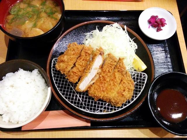 とんかつ 大吉 - みそ汁をとん汁に変更 丼はデカいでしょ。