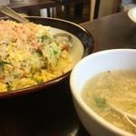 華龍 白石亭 - 蟹肉とレタスの炒飯には玉子スープが付いて来る。どちらも美味過ぎ!