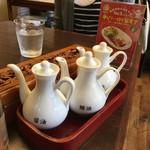 華龍 白石亭 - 薬味、焼きそばには酢と辣油が合う。