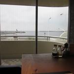 53789643 - テーブル席から海も見えます