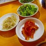 名物トンマキ じゅんご - 野菜セット 200円       もやしナムル、サンチュ、キムチ
