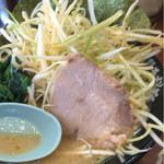 横浜家系ラーメン 綱島商店 - 料理写真:溢れる具材