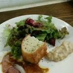 53797522 - 【ランチ】前菜プレート:サラダ、パン、カルパッチョ、バッカラマンティカート(白身魚のペースト)