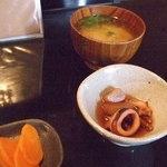 粋宵 - 漬けマグロ丼の小鉢と味噌汁