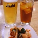 悦来閣 - まずは、ビールとウーロン茶でかんぱ~い!! 付き出しにキムチの盛り合わせが出てきたよ。 ビールに付いてるのかな?