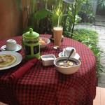 JIWA GUEST HOUSE - 朝食は外で