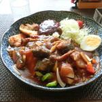 はづ貴 - 季節の野菜とジューシーチキンのカレー+ハンバーグ1個
