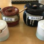 ボローニャ・吉虎 - 卓上のさば粉・ゆず七味&あげ玉・刻み玉ねぎ あげ玉と刻み玉ねぎはスタッフが持ってきてくれます。