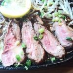 炭火焼ハンバーガー&ステーキ チェリーズ - 中はレアというよりも生(^-^)。野菜はもやしと浅葱のみ。