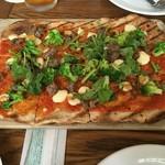 IVY PLACE - ピリ辛ソースにパクチーが効いててアジアな風味が◎ここのクリスピーなピザ大好きです。