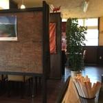 ルンビニ - カウンター席、テーブル席ございます店内です。