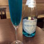 肉焼屋ワイン部 ジャストMEAT  - 青いシャンパンは珍しい。まさに夏のイメージ。<2016/7/15>