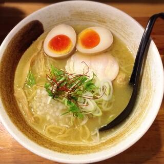 麺屋 武一 - 味玉入り濃厚鶏白湯そば 880円
