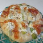 麦のキッチン - マキマキパン170円、ぶどうの樹の農園ゆうまで採れたアスパラをトッピングしたパンです。
