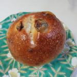 麦のキッチン - 雪塩とバターの贅沢ぶどうパン85円、此処で人気のぶどうパンに宮古島産の雪塩とバターを合わせた人気のパン。