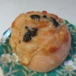 麦のキッチン - トマトとチーズのパン180円。