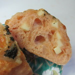 麦のキッチン - 旬のトマトと抜群に相性の良いチーズを組み合わせた季節限定のパンです。