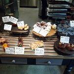 ラシーヌ - ちょっと奥の方にはデニッシュやお菓子系のパンがあります♪