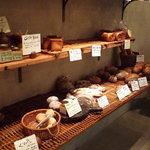 ラシーヌ - お店に入ってすぐ左手にはハード系のパンがあります☆