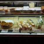 ラシーヌ - ショーケースの中には、タルトやプリン、サンドイッチがあります☆