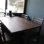 豚骨食堂 - テーブル席。                             28.7.20
