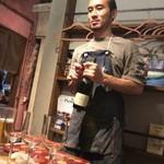 53879643 - 店長さんがワインを開けてくれました