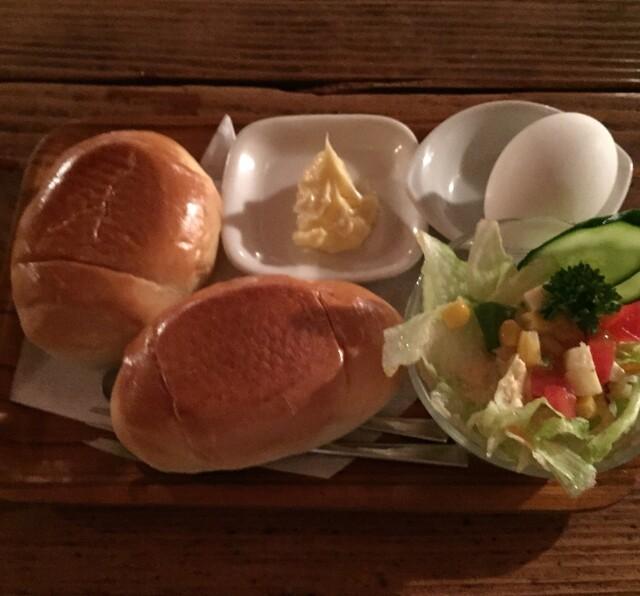 さぼうる - モーニングセット500円。 バターロール2個、サラダ、ゆで卵のプレート。