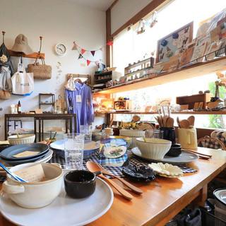 studiom'の食器をはじめとするこだわりの雑貨を販売。