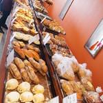 ブーランジェヤマダ - バリエーション豊かなパンが並びます