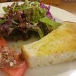 トラットリア アッカ - ◆小さな前菜・サラダ・パンが一皿に盛られています。