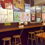 たこやき やまちゃん2号店 - 店内風景。奥のカウンター。入り口側のカウンターは喫煙可(分煙)。<2016/7/21>