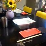 鶏そば・ラーメン Tonari - カウンターのお席にてお楽しみください。