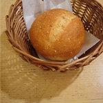 アフタヌーンティー・ティールーム 柏高島屋 - 17時からのハイティーセットについてきた熱々のパン。