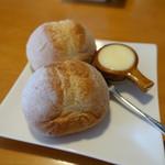 53890583 - ふかふかなランチセットのパン