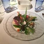 53898661 - 美しく盛りつけられたそれぞれの野菜が、味と個性を主張します
